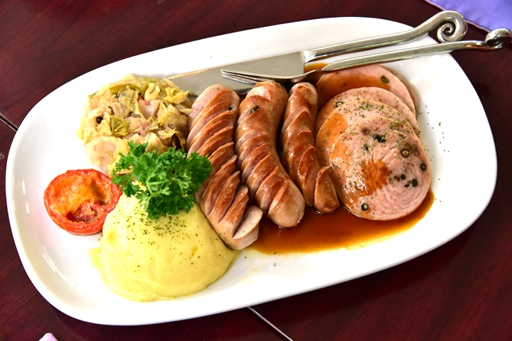 Kwanchitr Mixed Sausages with Sauerkraut and Mashed Potato (380+ บาท) (1)
