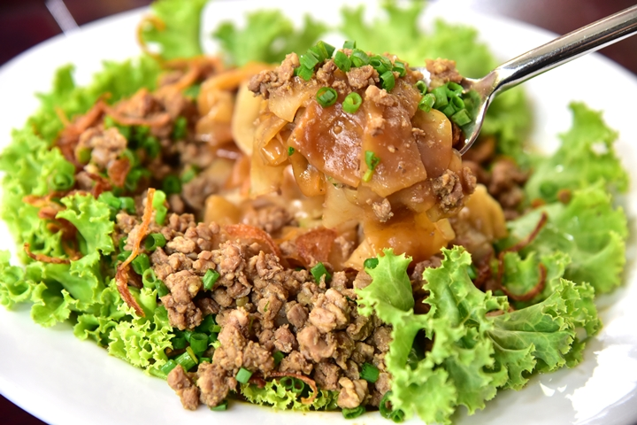 Rice Noodle with Chopped Beef in Gravy Sauce (150+ บาท) (2)