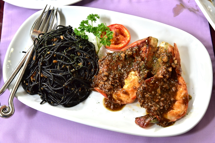 River Prawn with Black Spaghetti in Garlic Sauce (500+ บาท) (1)
