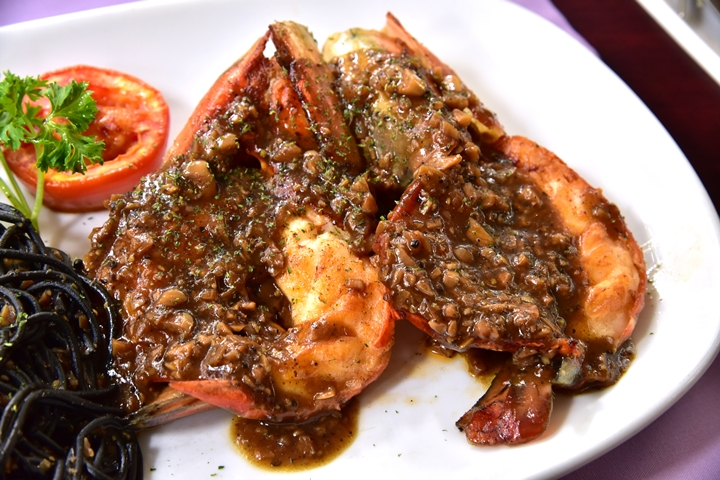 River Prawn with Black Spaghetti in Garlic Sauce (500+ บาท) (2)