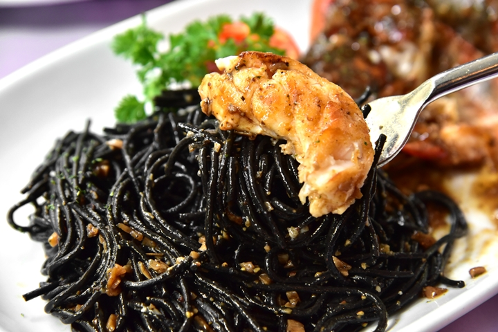 River Prawn with Black Spaghetti in Garlic Sauce (500+ บาท) (3)